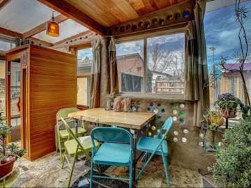 Renting out without online payment: Art Home with Earthship Sunroom