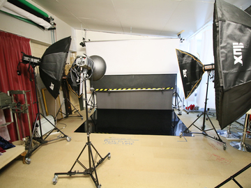 Hire per day  (online payment Visa Mastercard Amex): Budget end commercial black out photography studio, Arun