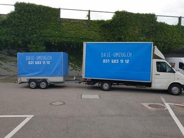 Umzugshelfer mit Transporter: Umzugsfachmann und Transporter mit Hebebühne